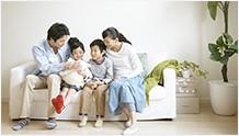 家族で会話をするイメージ
