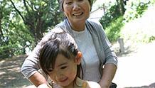 遊ぶ祖母と孫のイメージ