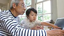 遊ぶ祖父と孫のイメージ